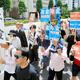 「年金返せ」「年金払え」などと書かれたプラカードを掲げてデモ行進する人たち=2019年6月16日午後1時59分、東京都千代田区、渡辺洋介撮影