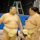 巡業に合流し、御嶽海と笑顔であいさつを交わす貴景勝(左)