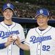 プロ初勝利を挙げ、ウイニングボールを手に与田監督(右)とポーズをとる中日・梅津