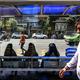 イランの首都テヘランで、バスを待つ女性たち(2019年5月28日撮影、資料写真)。(c)AFP=時事/AFPBB News