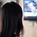 テレビを見つめる女性