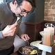 「いきなり!ステーキ」海外1号店でステーキを食べる米国人男性=2017年2月、米ニューヨーク