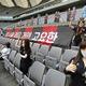 サッカー韓国KリーグのFCソウル対光州FC戦で、客席に置かれた人形(2020年5月17日撮影)。(c)YONHAP / AFP