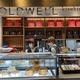 「デパートリウボウ」1階に開業したGOLDWELL1号店。一番人気の看板商品は「井戸」を模したキセキノチーズケーキ。沖縄県内でチーズやヨーグルトを製造するパメラ・アンさんのギリシャヨーグルトが使われている=2021年3月