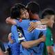 決勝点を決めたL・ダミアンと熱い抱擁をかわす中村。 写真:茂木あきら(サッカーダイジェスト写真部)