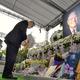 李元総統の遺影に献花する森元首相=8月9日、台北賓館