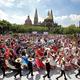 メキシコのグアダラハラで、民族舞踊でギネス世界記録の最多人数更新を目指して踊る人たち(2019年8月24日撮影)。(c)Ulises Ruiz / AFP