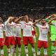 サッカー欧州選手権、予選グループH、フランス対トルコ。試合終了後に敬礼するトルコの選手(2019年10月14日撮影)。(c)Alain JOCARD / AFP