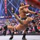 オートン(下)にラリアートを決めたマッキンタイアは次回PPV大会での挑戦権を手にした(©2021-WWE,-Inc.-All-Rights-Reserved.)