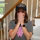 乳がんと闘う女性に、友人から特製ウィッグが贈られる【映像】