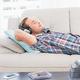 音楽を聴きながら眠る男性