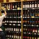 中国北京の販売店に並べられたオーストラリア産ワイン(右側の棚、2020年8月18日撮影、資料写真)。(c)NOEL CELIS / AFP