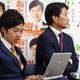 開票を見守る音喜多駿氏(左)と柳ケ瀬裕文氏