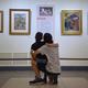 台湾「野獣派」の父とされる画家の故・張万伝氏の作品を鑑賞する親子