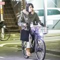 12月初旬、舞台稽古の差し入れに来た上原。自転車はコウ氏と共用