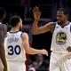 米プロバスケットボール協会(NBA)、ゴールデンステイト・ウォリアーズのケビン・デュラント(右、2019年4月26日撮影、資料写真)。(c) Harry How/Getty Images/AFP