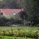 オランダ北部ドレンテ州ライナーボルト近郊で、親子6人が監禁されていたとみられる農家の周辺を調べる警察官(2019年10月16日撮影)。(c)Vincent Jannink / ANP / AFP