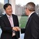 韓国の朴良雨・文化体育観光部長官(中央)と握手するIOCのバッハ会長(IOC提供)=(聯合ニュース)