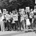 (写真)「アベ政治を許さない」のポスターを掲げる参加者たち=
