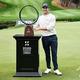 男子ゴルフ米国ツアー、ZOZOチャンピオンシップ最終日。トロフィーと一緒にポーズを取るパトリック・キャントレー(2020年10月25日撮影)。(c)Harry How/Getty Images/AFP