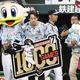 通算1000試合出場を達成し、記念のボードを手に一礼するロッテ・鈴木=メットライフドーム(C)Kyodo News