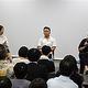東京で開催された講座に参加したツァイ・ミンリャン監督(手奥右)と俳優のリー・カンション(中央)