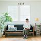 すっきりした室内にグリーンやソファなどのモノが絶妙なバランスで収まっている柳沢さんの家。鉢には常時霧吹きとタオルが掛けてあり、使い勝手重視な点にも注目