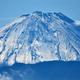 青空に浮かび上がった雪化粧した富士山=23日午前、甲府市愛宕町から(渡辺浩撮影)