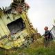 ウクライナのドネツク地域で2014年7月、マレーシア機が墜落した現場を調べるマレーシア当局の調査官=ロイター