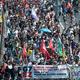 フランス南西部のアンダイエを出発し、スペインのイルンに入った先進7か国(G7)首脳会議に反対するデモ行進(2019年8月24日撮影)。(c) ANDER GILLENEA / AFP