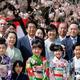 2016年の桜を見る会で安倍総理の横に立つ百田尚樹氏(時事通信社)