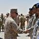 サウジアラビア中部のアルカルジ軍事基地を訪問し、現地の兵士らと握手をする米中央軍のケネス・マッケンジー司令官(中央左、2019年7月18日撮影、資料写真)。(c)Fayez Nureldine / AFP