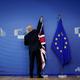ベルギー・ブリュッセルの欧州連合(EU)本部で、欧州旗の横に英国旗を掲げるEU職員(2019年10月17日撮影)。(c)Kenzo TRIBOUILLARD / AFP