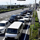 渋滞する国道134号(17日午後2時53分、神奈川県藤沢市で)=小野寺経太撮影