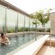 「気持ちいい〜!博多のど真ん中でこんな開放的な露天風呂に入れるなんて贅沢な気分」