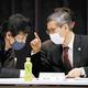 新型コロナウイルス感染症対策分科会の開会前、田村厚労相(左)と言葉を交わす尾身会長(20日午後、東京都千代田区で)=横山就平撮影