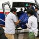 ネパールの首都カトマンズにある病院で、ヘリコプターから運び出される登山者の遺体(2019年5月23日撮影)。(c)AFP=時事/AFPBB News