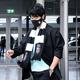 ギリシャに到着した香川はPAOKのマスク、マフラーを着用していた(ロイター)