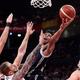 FIBAバスケットボール・ワールドカップ、2次リーグ、チェコ対ギリシャ。チェコのブロックをかわして得点を狙うギリシャのヤニス・アデトクンポ(中央、2019年9月9日撮影)。(c)Nicolas ASFOURI / AFP