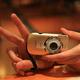 このカメラで動画を撮影している 手はルーツ氏