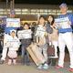 新スローガンを披露したラミレス監督(左端)と新主将の佐野恵太(右端)は桜木町駅前で新聞号外を配布した