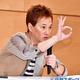 会見でジャニー喜多川氏の骨片をしのばせた小瓶を披露する中居正広(撮影・小沢裕)