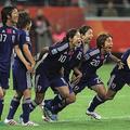 2011年W杯、澤氏(中央)らと勝利を喜ぶ岩渕(右から2番目)。