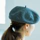 帽子をかぶった女性の後ろ姿