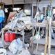 大量の家具を運び出し、被災者を支援するボランティア(宮城県丸森町で)