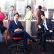 「スーツ」に出演する(前列左から)織田裕二、中島裕翔、(後列左から)中村アン、小手伸也、鈴木保奈美、1人おいて新木優子