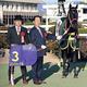 無敗の3冠達成に喜びをかみしめる(左から)矢作調教師と前田幸治代表