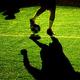 ボールを蹴るサッカー選手(2018年8月29日撮影、資料写真)。(c)Britta Pedersen / dpa / AFP