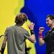 男子テニス、ATPファイナルズ5日目。試合後に健闘をたたえ合うドミニク・ティエム(右)とアンドレイ・ルブレフ(2020年11月19日撮影)。(c)Glyn KIRK / AFP