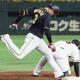 8回阪神1死一、三塁、大山が三ゴロ併殺に倒れる。一塁手岡本=東京ドーム(C)Kyodo News